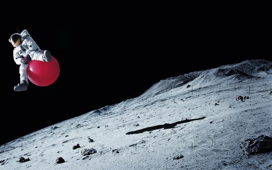 Космонавт на шарике на Луне